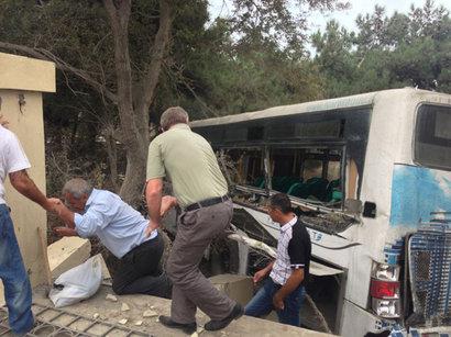 В Баку пассажирский автобус врезался в магазин